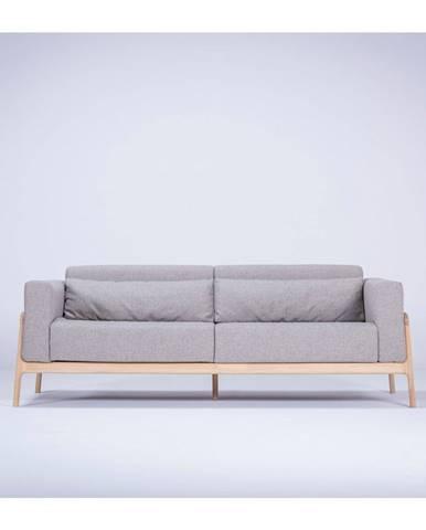 Sivá pohovka s konštrukciou z masívneho dubového dreva Gazzda Fawn, 210 cm